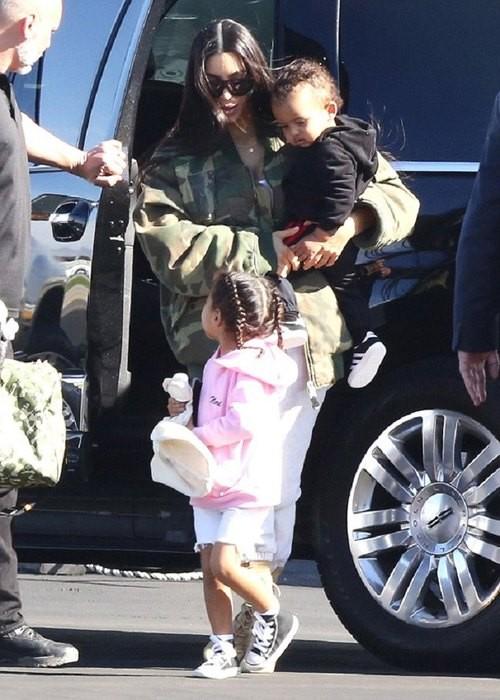 Ким Кардашьян с детьми отправилась на отдых (ФОТО)