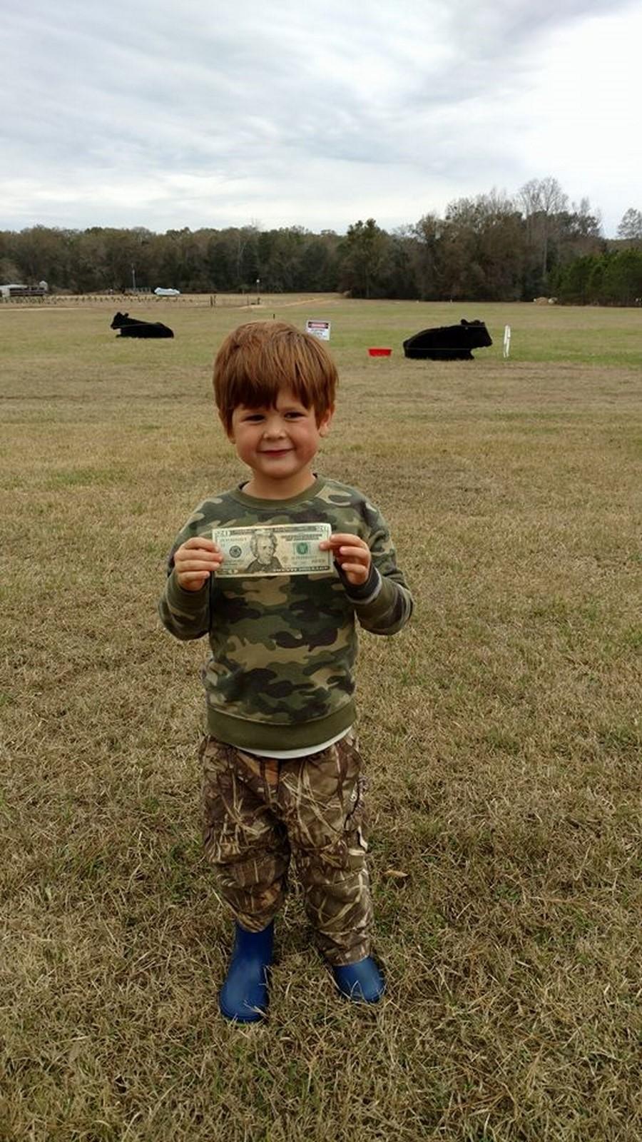 Маленький мальчик залез на быка после спора с отцом на 20 долларов (ВИДЕО)