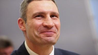 Мэр Киева Кличко успевает и автомобили толкать, и по телефону разговаривать (ВИДЕО)