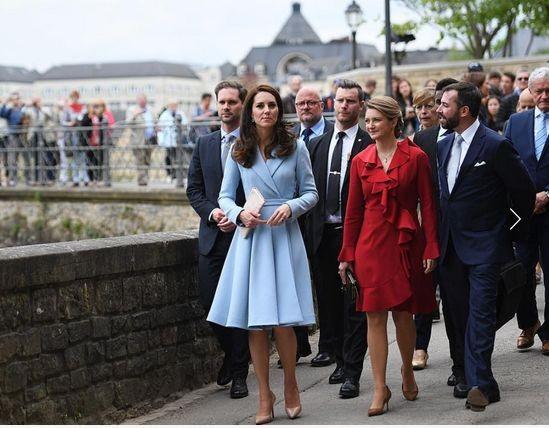 Образ дня: Кейт Миддлтон в нежно-голубом платье-пальто во время одиночного визита в Люксембург (ФОТО)