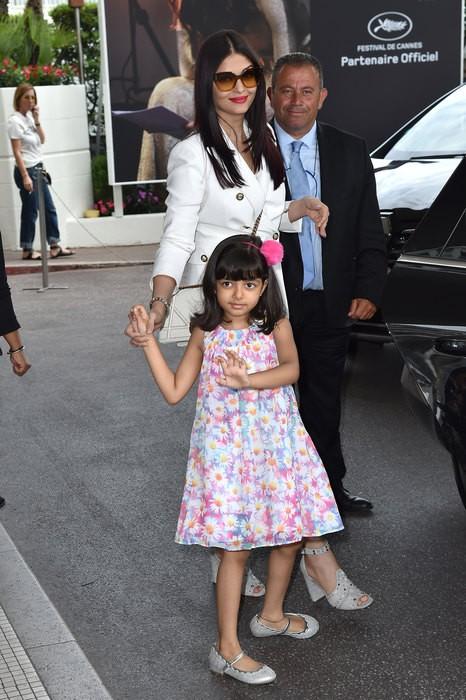 Болливудская звезда Айшвария Рай прилетела на Каннский фестиваль с дочкой (ФОТО)