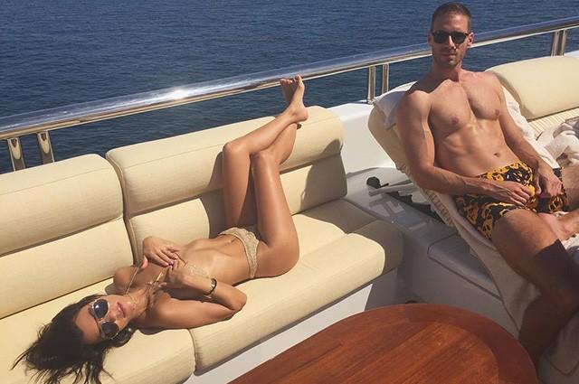 Кендалл Дженнер и Кортни Кардашьян отдыхают на яхте (ФОТО)