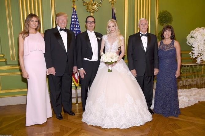 Мелания Трамп в роскошном образе на свадьбе министра финансов (ФОТО)