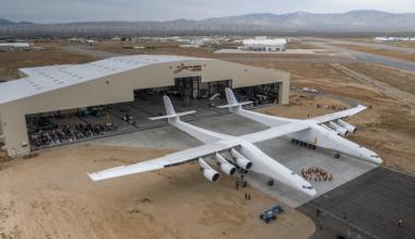 В США самолет-гигант впервые покинул родной ангар
