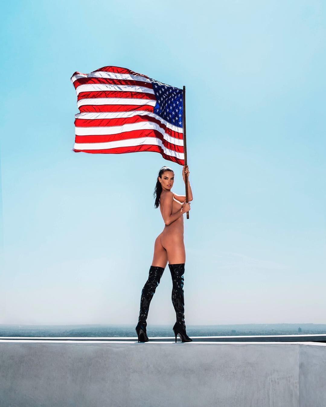 Пэрис Хилтон надела патриотичное бикини в честь Дня независимости США (ФОТО)