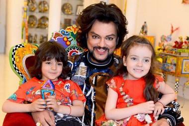 Дети Филиппа Киркорова впервые выступили на сцене и спели папин хит «Зайка моя» (ВИДЕО)