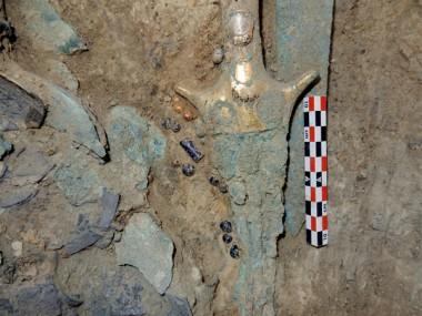 Во время раскопок в гробнице в Пилосе археологи наткнулись на редчайшую печать с изображением трех воинов