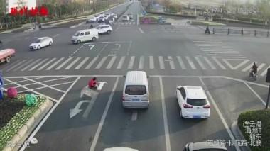 Китаец хотел избежать пробок и дорисовал разметку на дороге