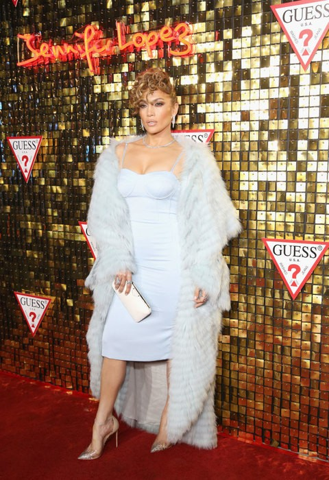 Дива! Дженнифер Лопес в золоте и мехах на модной вечеринке с Алексом Родригесом (ФОТО)