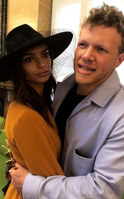 Эмили Ратаковски поделилась свадебными фото в консервативном костюме Zara