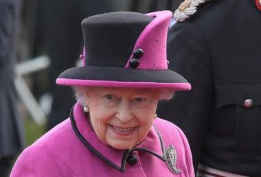 """Букингемский дворец показал """"согласие"""" Елизаветы II на брак принца Гарри"""