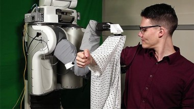 В США киборга научили одевать людей (ВИДЕО)