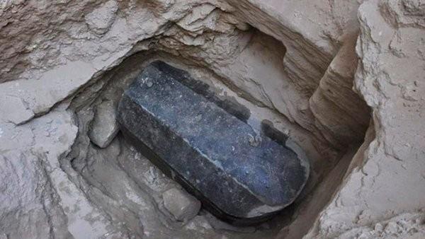 Загадочный гигантский саркофаг археологи нашли в Египте (ФОТО)