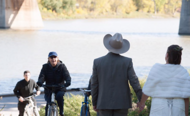 Пол Маккартни на велосипеде случайно стал главной звездой свадебной фотосессии (ФОТО)
