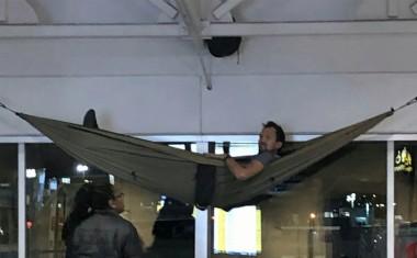 Американский турист подвесил гамак в аэропорту, чтобы отдохнуть