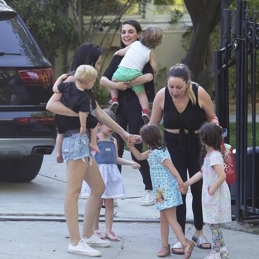 Мила Кунис сводила двухлетнего сына на занятия в детскую студию (ФОТО)
