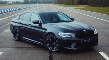 Стоковый и тюнингованный BMW M5 Competition сравнили на гонках (ВИДЕО)