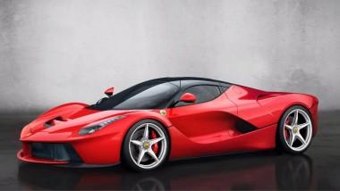 Мощный Ferrari LaFerrari гоняет по траве и лужам (ВИДЕО)