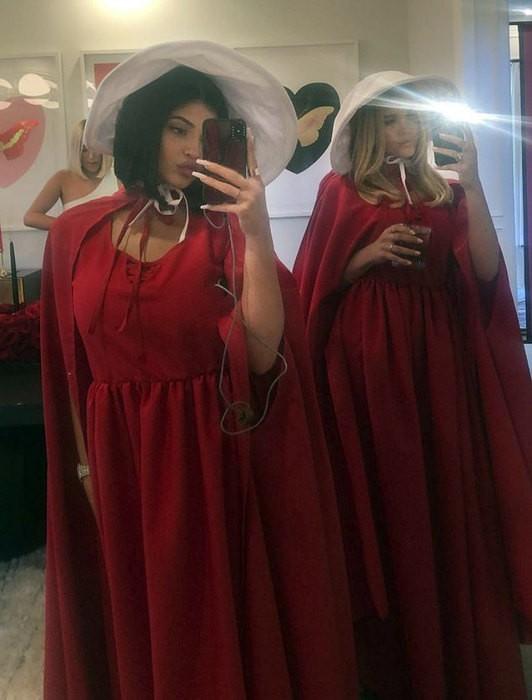 Кайли Дженнер сходила на день рождения в стиле сериала «Рассказ служанки» (ФОТО)