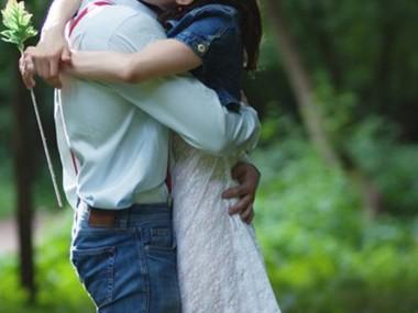 Британка обняла возлюбленного и спасла его от рака