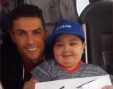 Роналду остановил автобус сборной и обнял мальчика, больного лейкемией