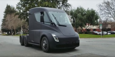 Tesla тестирует электрогрузовик Semi (ВИДЕО)