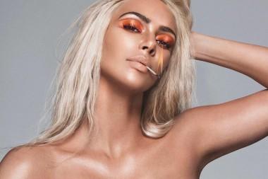 Ким Кардашьян в корсетном платье представила новую коллекцию косметики (ФОТО)