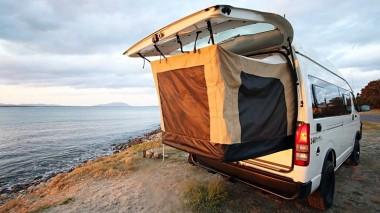 Австралийцы собрали необычный кемпер с выдвижной палаткой (ВИДЕО)