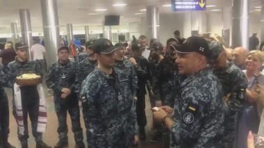 Освобожденным украинским морякам вручили награды и новые звания