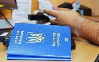 Банкам разрешили обслуживать граждан на основании загранпаспорта