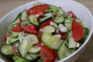 Врачи объяснили, почему опасно смешивать помидоры и огурцы в одном салате
