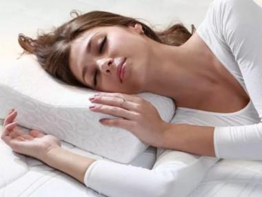 Как лучше спать при болях в спине, плече и шее