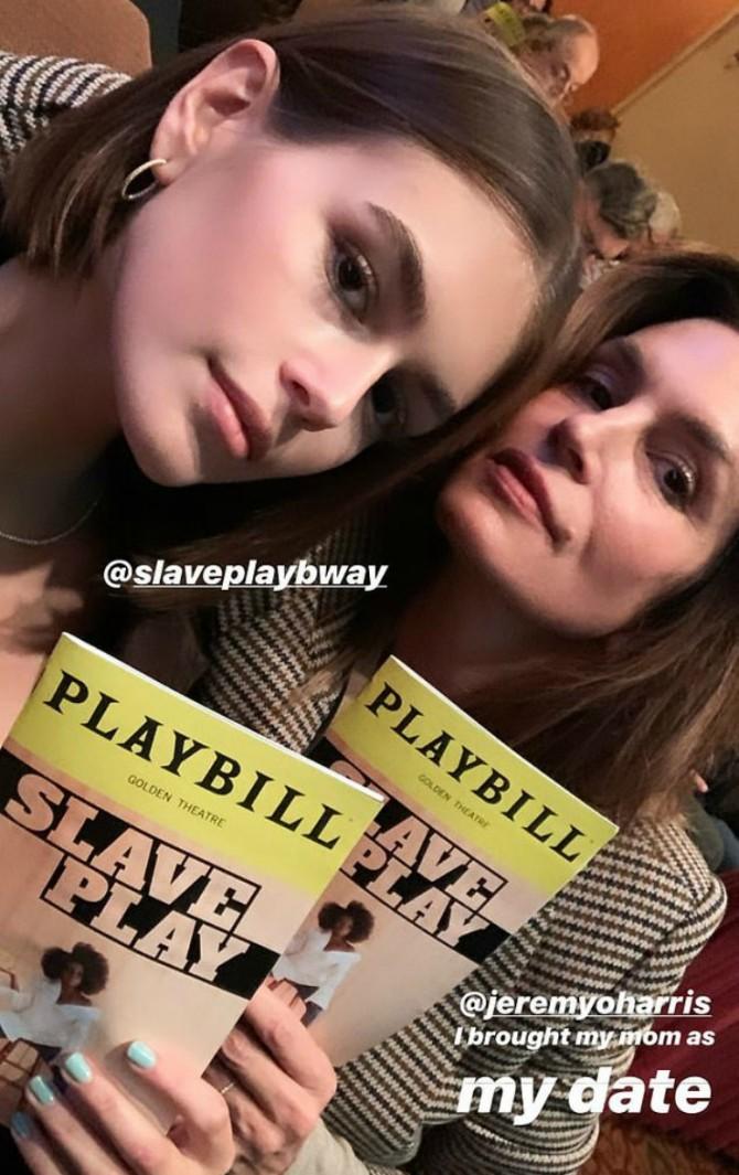 Синди Кроуфорд одолжила блейзер у дочери для похода в театр (ФОТО)