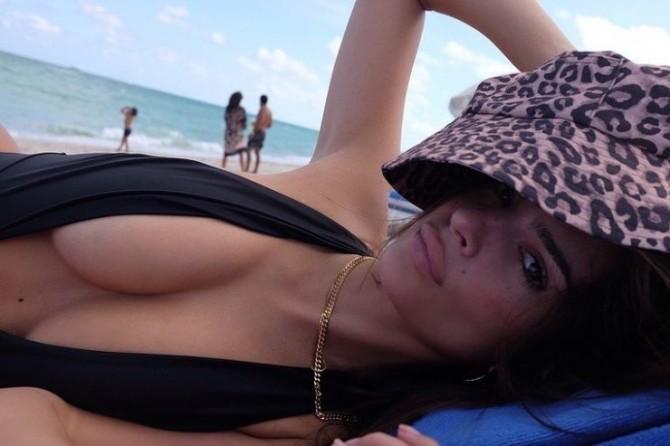 Эмили Ратаковски в «опасном» купальнике позагорала на пляже (ФОТО)