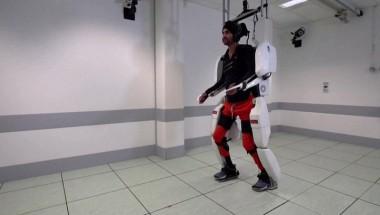 Парализованный мужчина прошёл более 100 метров в экзоскелете (ВИДЕО)