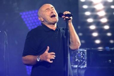 Британский пенсионер по 17 раз в день звонил полицейским и исполнял им хиты известного певца