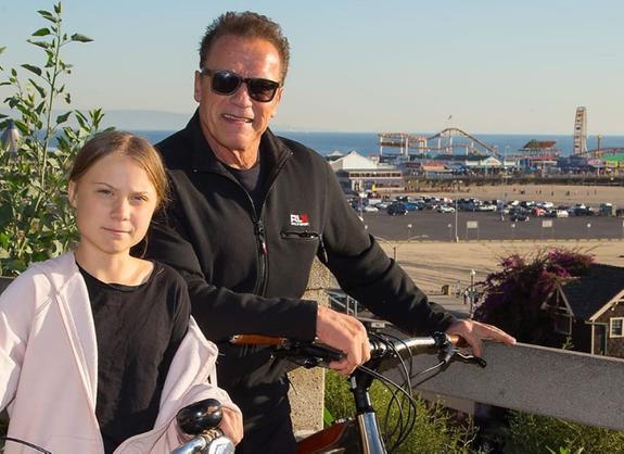 Арнольд Шварценеггер покатался на велосипеде с Гретой Тунберг (ФОТО)
