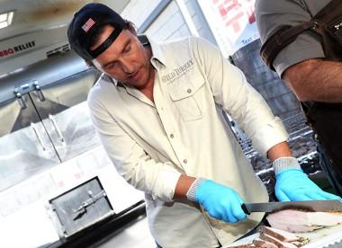 Мэттью Макконахи отблагодарил пожарных Калифорнии вкусным обедом (ФОТО)