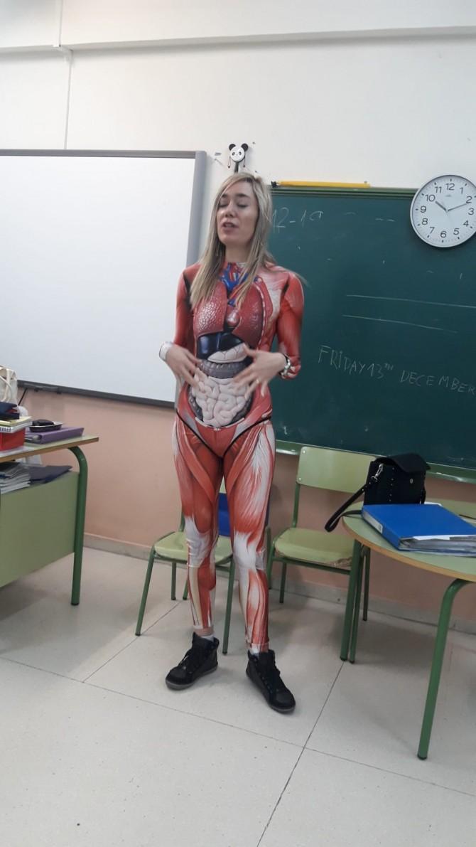 Испанская учительница пришла в необычном костюме на урок естествознания (ФОТО)