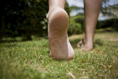 Врачи рассказали, почему полезно ходить босиком