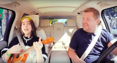 Билли Айлиш стала новой героиней Carpool Karaoke, но ее затмил огромный паук (ВИДЕО)