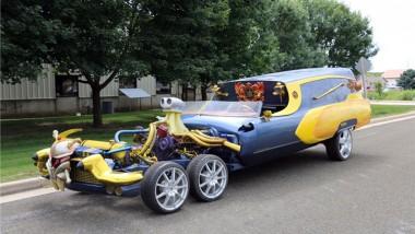 Катафалк Cadillac с шестью колесами выставили на аукцион (ФОТО)