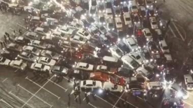 В Киеве сделали ёлку из сотни машин (ВИДЕО)