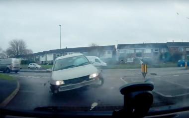 Перед выезжающим авто на основную дорогу буквально пролетел автомобиль со скоростью 112 км/ч в час (ВИДЕО)