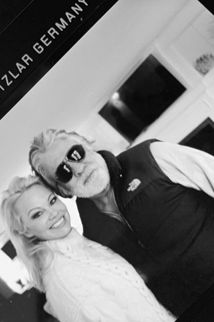 Памела Андерсон опубликовала первую фотографию с мужем Джоном Питерсом после свадьбы (ФОТО)