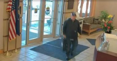 Житель Мичигана нашел на обочине дороги 27 тысяч долларов в кассете банкомата