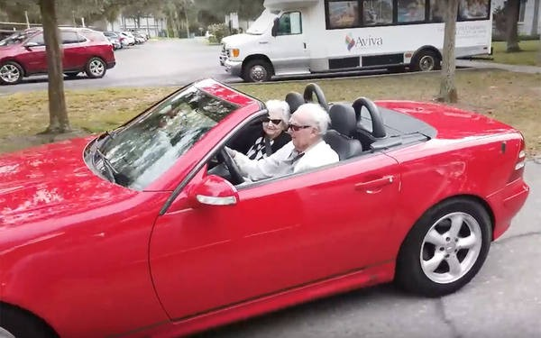107-летний американец зажигает за рулем красного кабриолета (ВИДЕО)