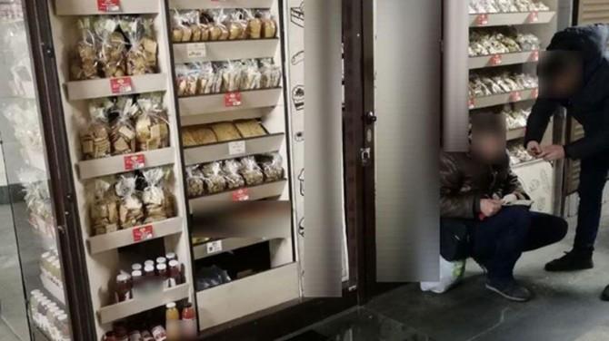 В Киеве грабитель пробрался в магазин, чтобы поесть сладкого