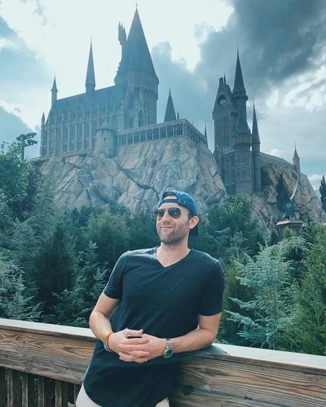 Звезда «Гарри Поттера» Мэттью Льюис выложил фото на фоне Хогвартса