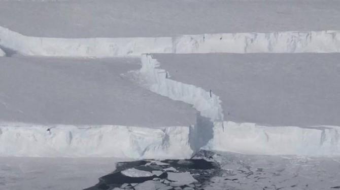 В Антарктиде возник новый гигантский айсберг
